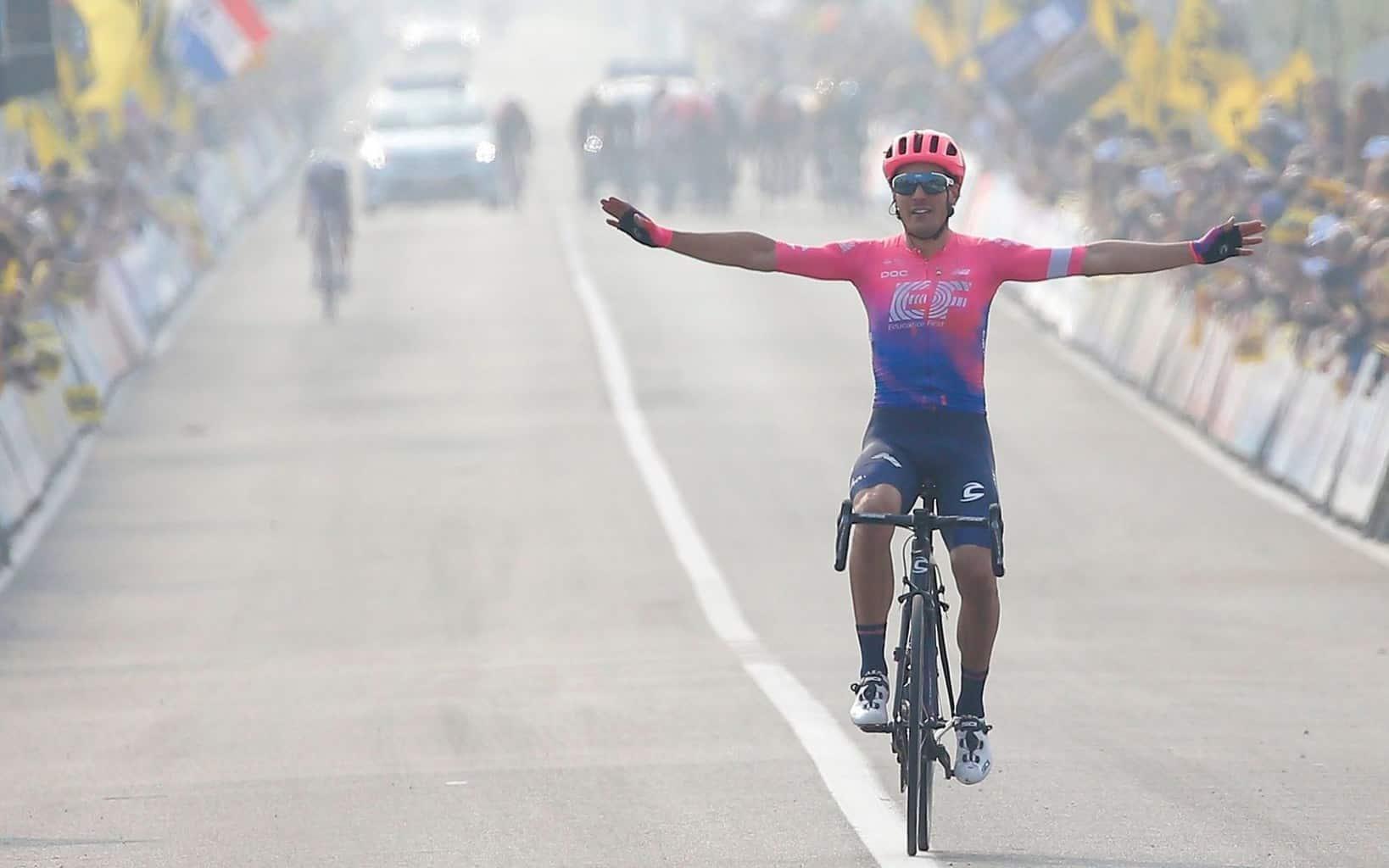 Alberto Bettiol - vítěz Kolem Flander 2019. Ital v růžovo-modrém dresu poráží všechny favority